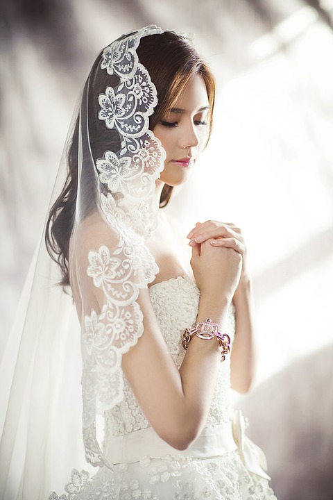 kobieta w ślubnej sukni